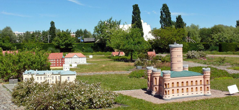 Rosengarten mit Miniaturhäusern